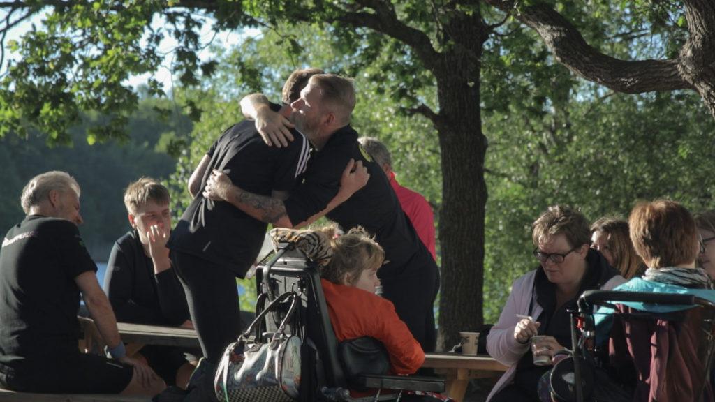 Ett par deltagare kramas vänskapligt efter ett pass med Bara Vanlig