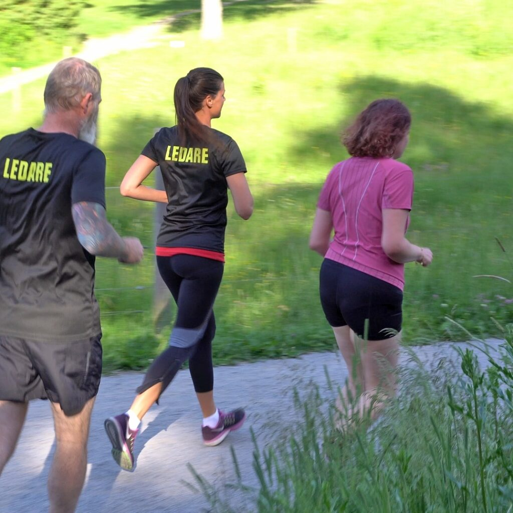 Tre löpare tränar tillsammans i spåret