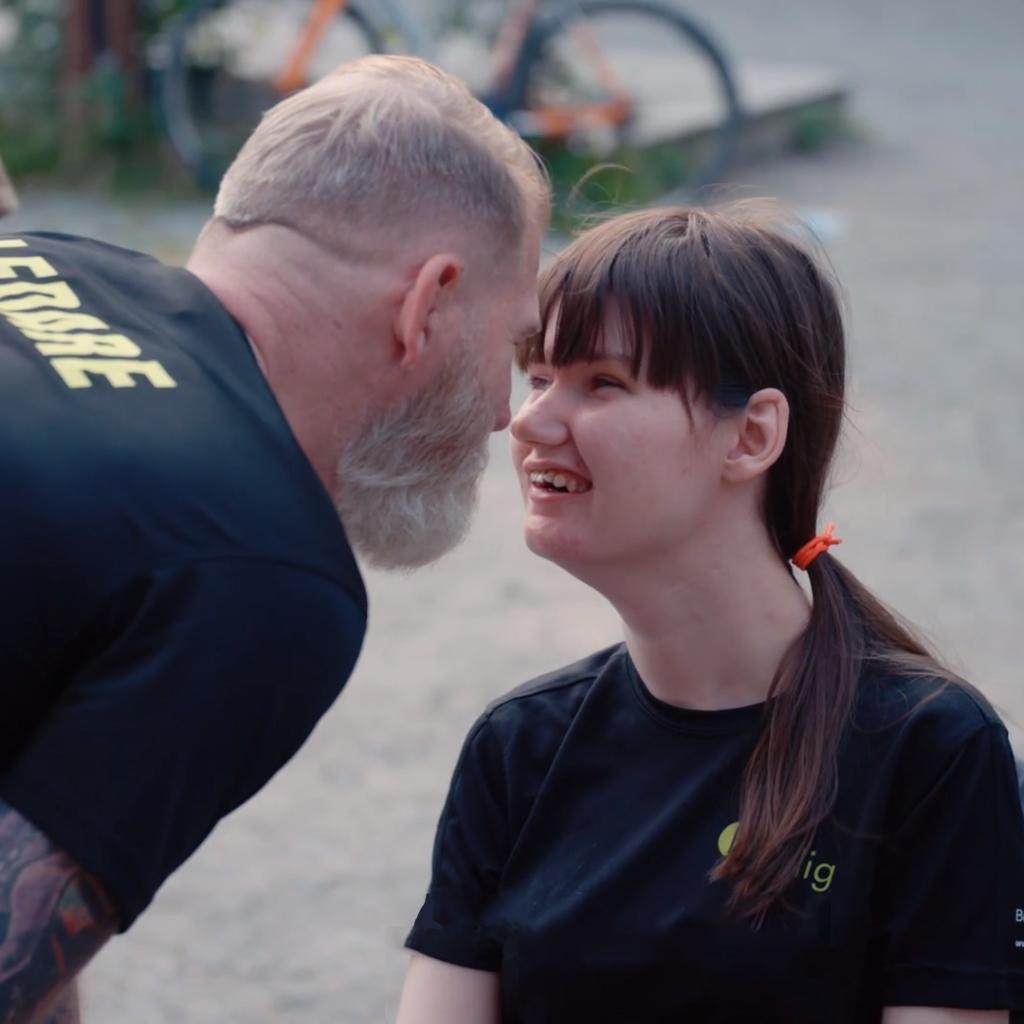 Niclas träffar sin dotter Melina på ett träningspass med Bara Vanlig