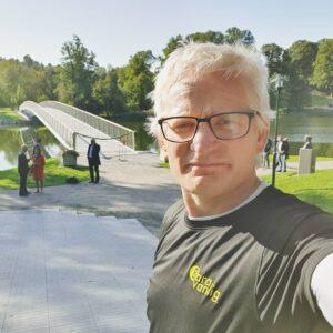 Styrelseledamoten Erik Wennerholm på ett löppass vid den nybyggda bron på Djurgården.