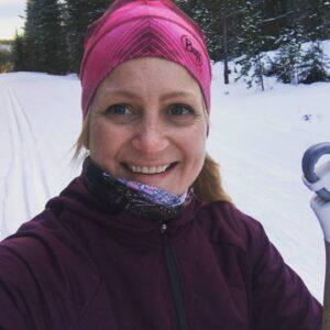 Styrelsesuppleant Julia Jernberg med ett leende i skidspåret.