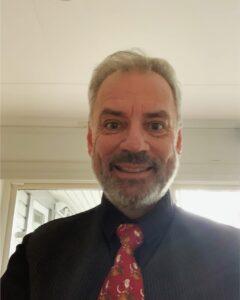 Kassören Sven Pettersson iklädd skjorta och slips.